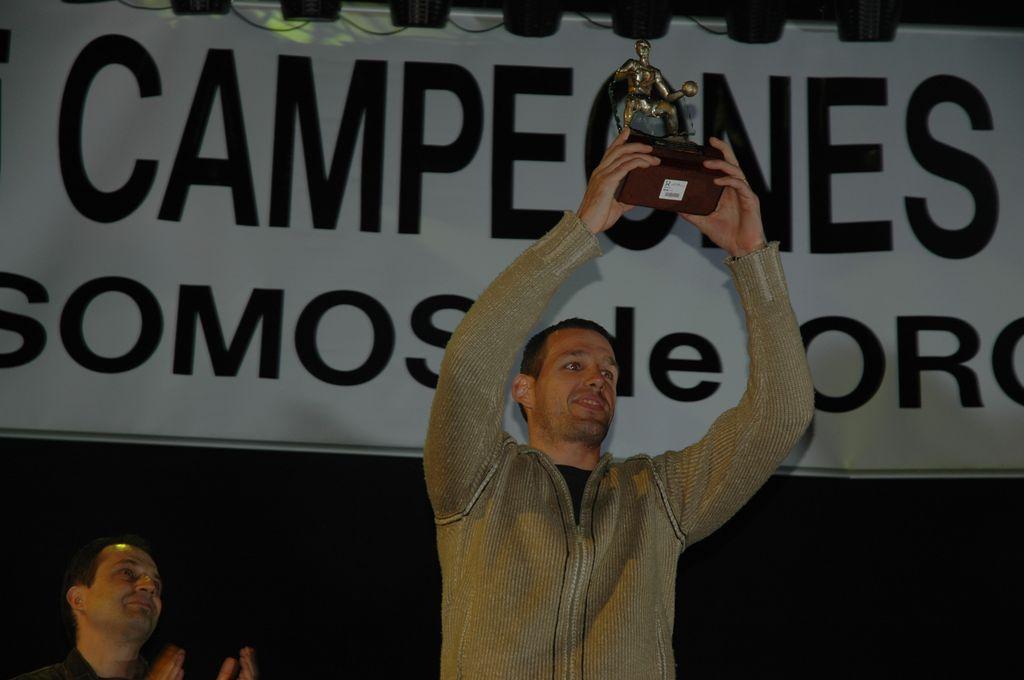 Carles Bravo recibiendo el Trofeo de la primera edición, el año del ascenso, esperamos que se repita esta imagen.