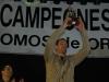 Carles mostrando el Trofeo al Mejor Jugador de Palencia Baloncesto
