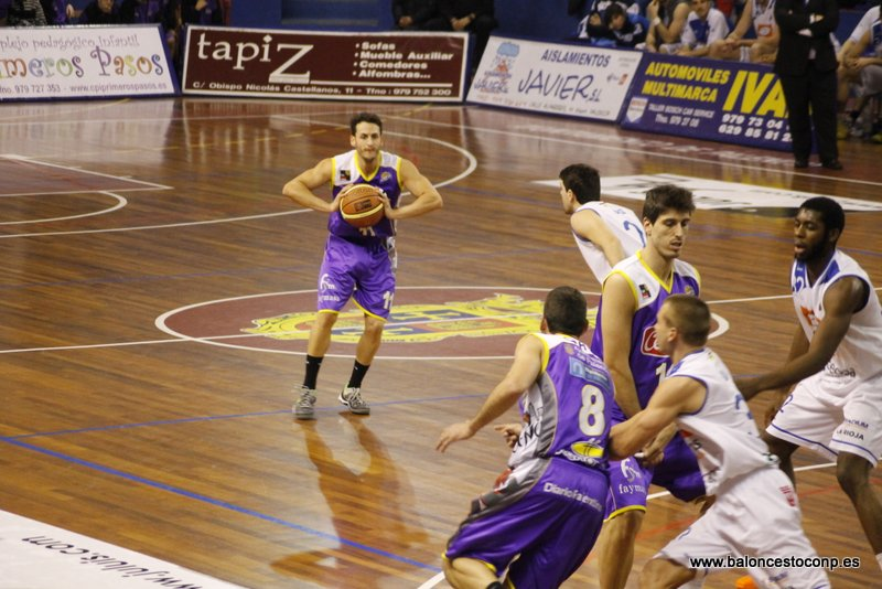 Quique Garrido con el balón, el mejor ante Cocinas.com. Foto Baloncestoconp.es