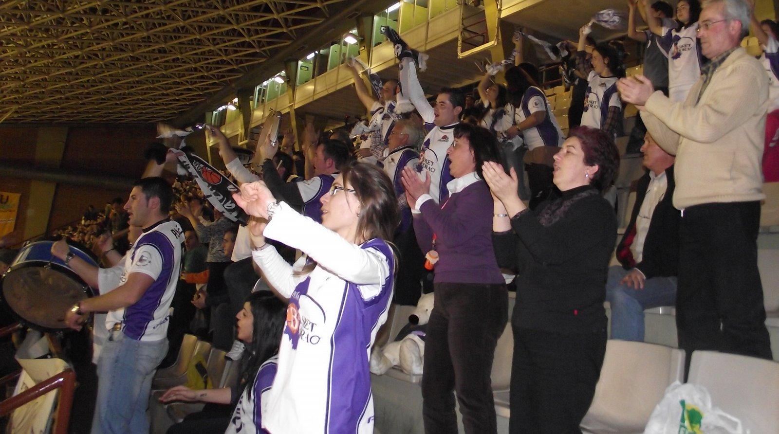 Aficionados y miembros de la Peña en el desplazamiento a León