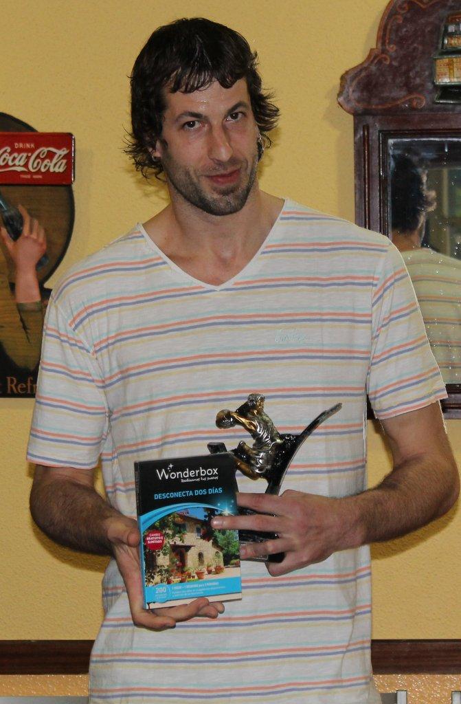 Urko Otegui posa con el VII Trofeo Basket Morao