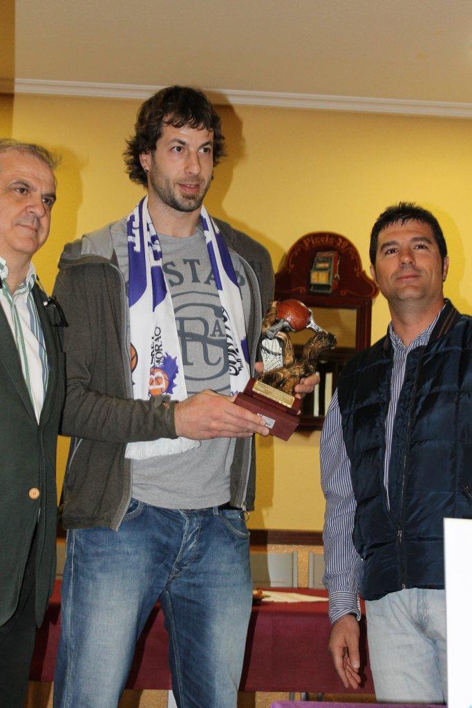Urko Otegui con el V Trofeo Basket Morao en el que han colaborado el Centro de Formación Solucion.es y Solyeca