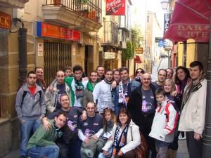 La Peña Frente Verde y Basket Morao juntos en una calle de Plasencia