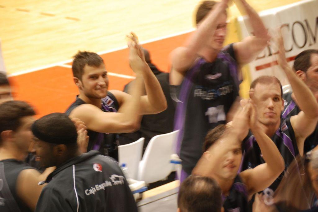Los jugadores celebrando la victoria en GIjón