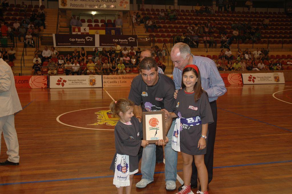 El Presidente de la Peña Basket Morao recogió la placa en representación de todos los aficionados