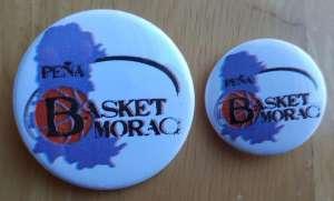 Así son las chapas de la Peña Basket Morao, la grande a la izquierda, la pequeña a la derecha